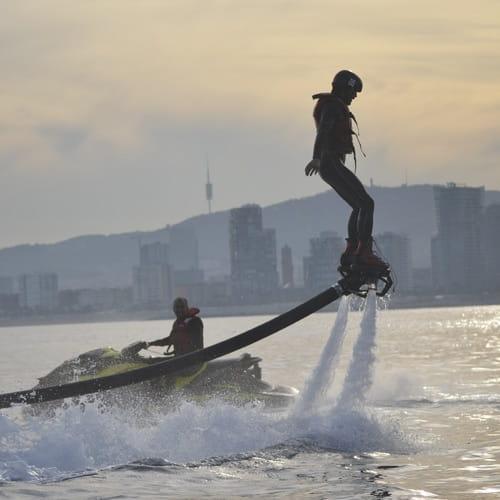 Flyboard en el atardecer de Barcelona