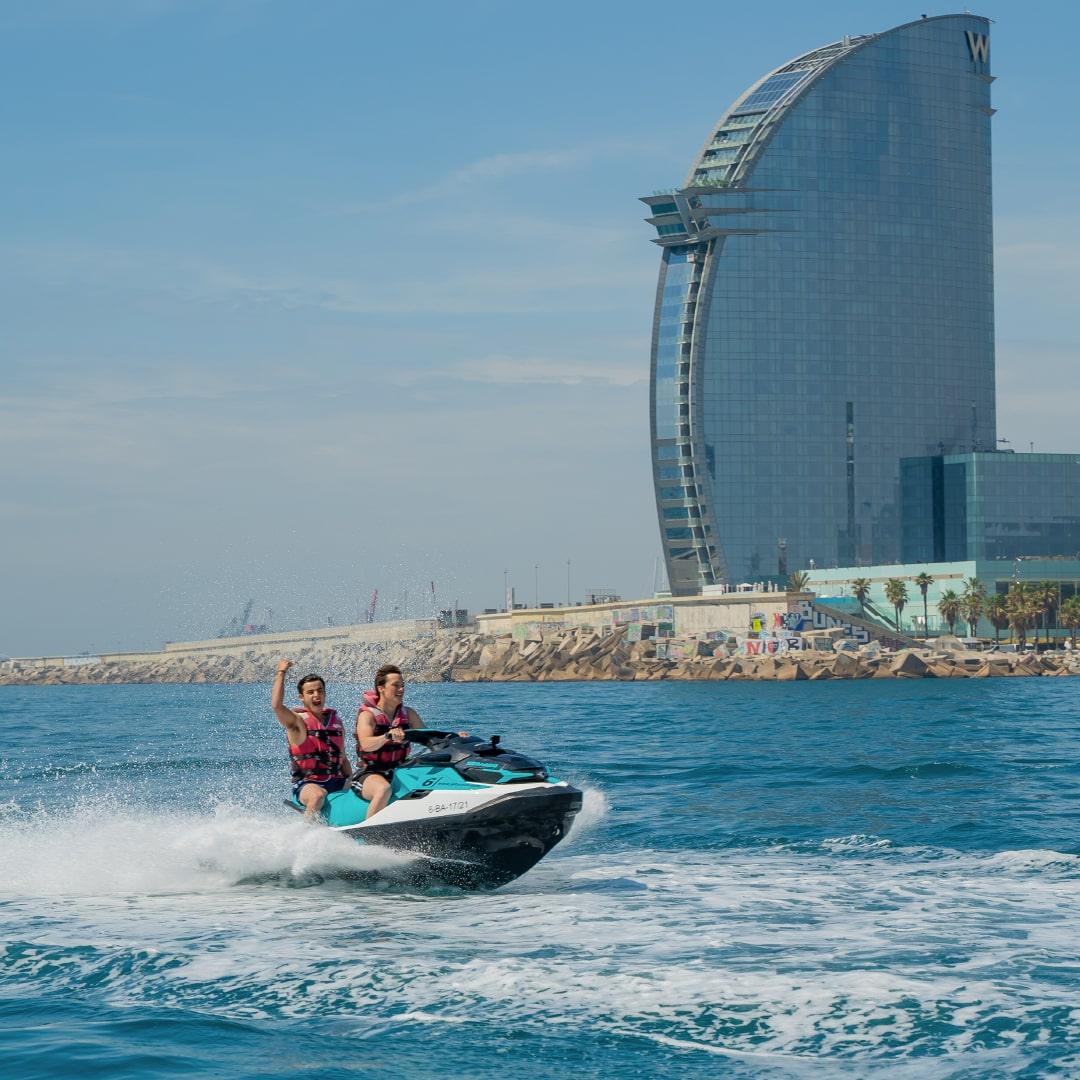 Explora el Hotel W de Barcelona en moto acuática